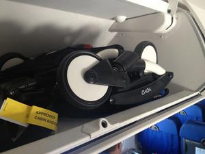 Poussette Yoyo dans le coffre de l'avion